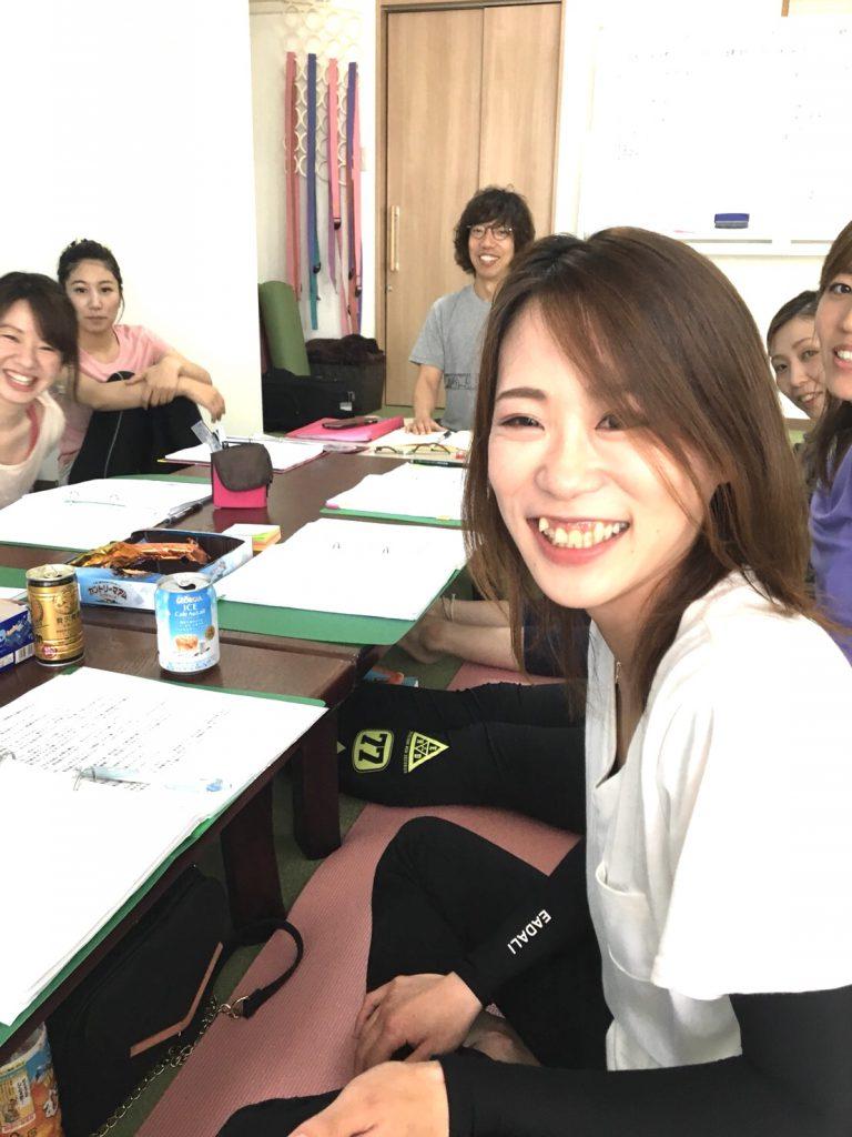 北九州でヨガインストラクター養成講座を行っているヨガスタジオココカラでの養成講座の様子