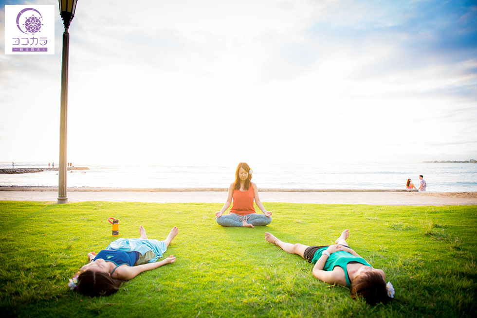 ホノルルのビーチで瞑想